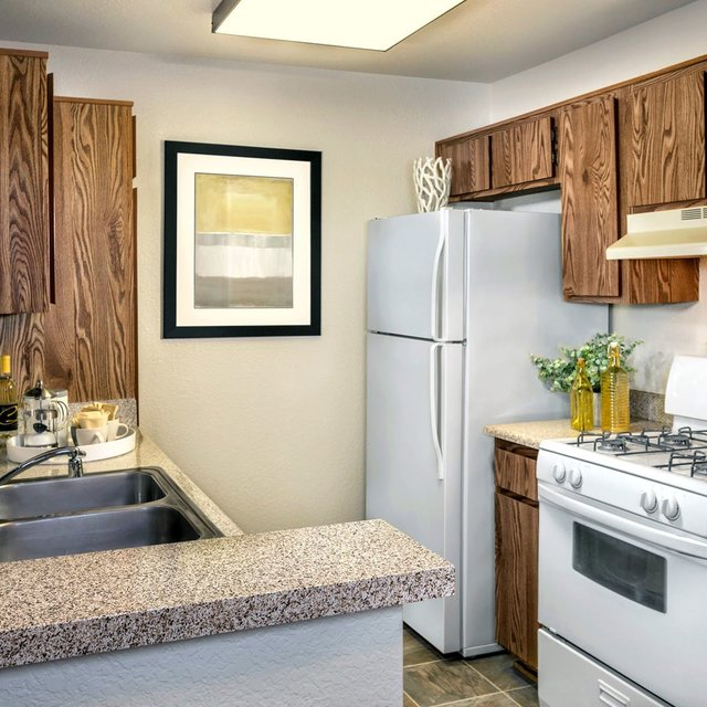 Somerset Apartments - Kitchen
