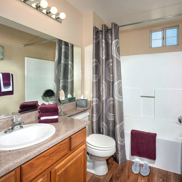 Sahara West Apartments - Bathroom
