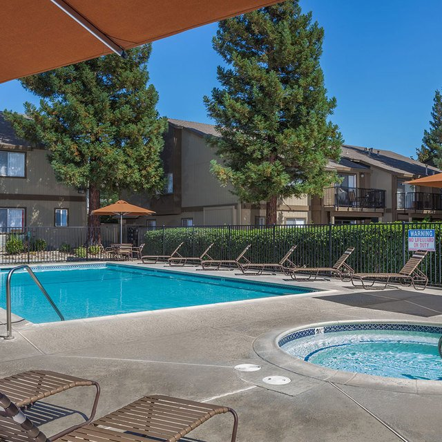 Evergreen Park Apartments - Pool and spa