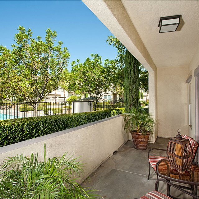 Del Mar Apartments - Patio overlooking pool