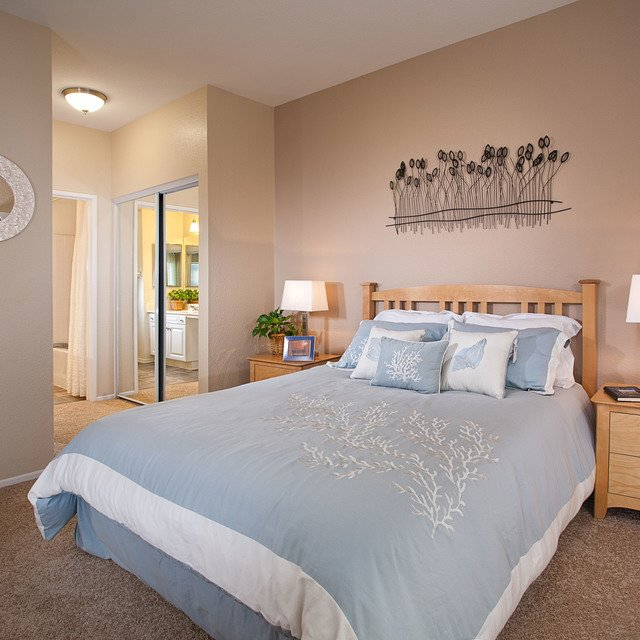 Del Mar Apartments - Bedroom with blue sheets