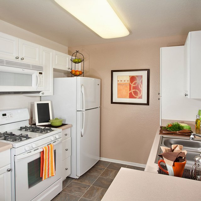 Evergreen Apartments - Kitchen