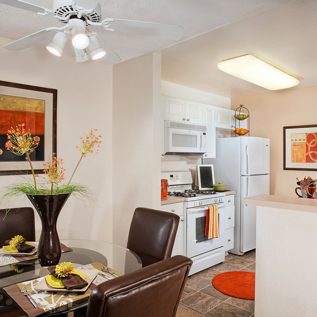 Evergreen Apartments - Kitchen and dining area